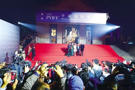 在开幕式上,华语电影扛鼎级导演吴宇森,冯小刚,形象大使范冰冰以及